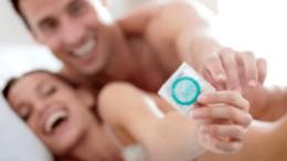 Mujer y Hombre Usando Condon