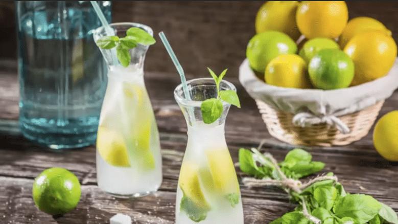 bebida de agua y limon