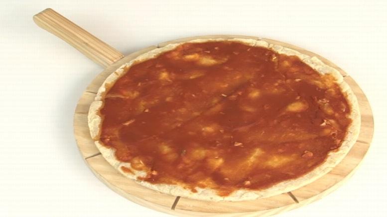 La pizza es una de las comidas favoritas alrededor del mundo entero; pues se trata de una de las preparaciones más deliciosas que, además, ofrece una gran variedad de opciones, incluso se puede preparar una masa de pizza sin levadura, ideal para hacer una comida rica en casa fácil de hacer.