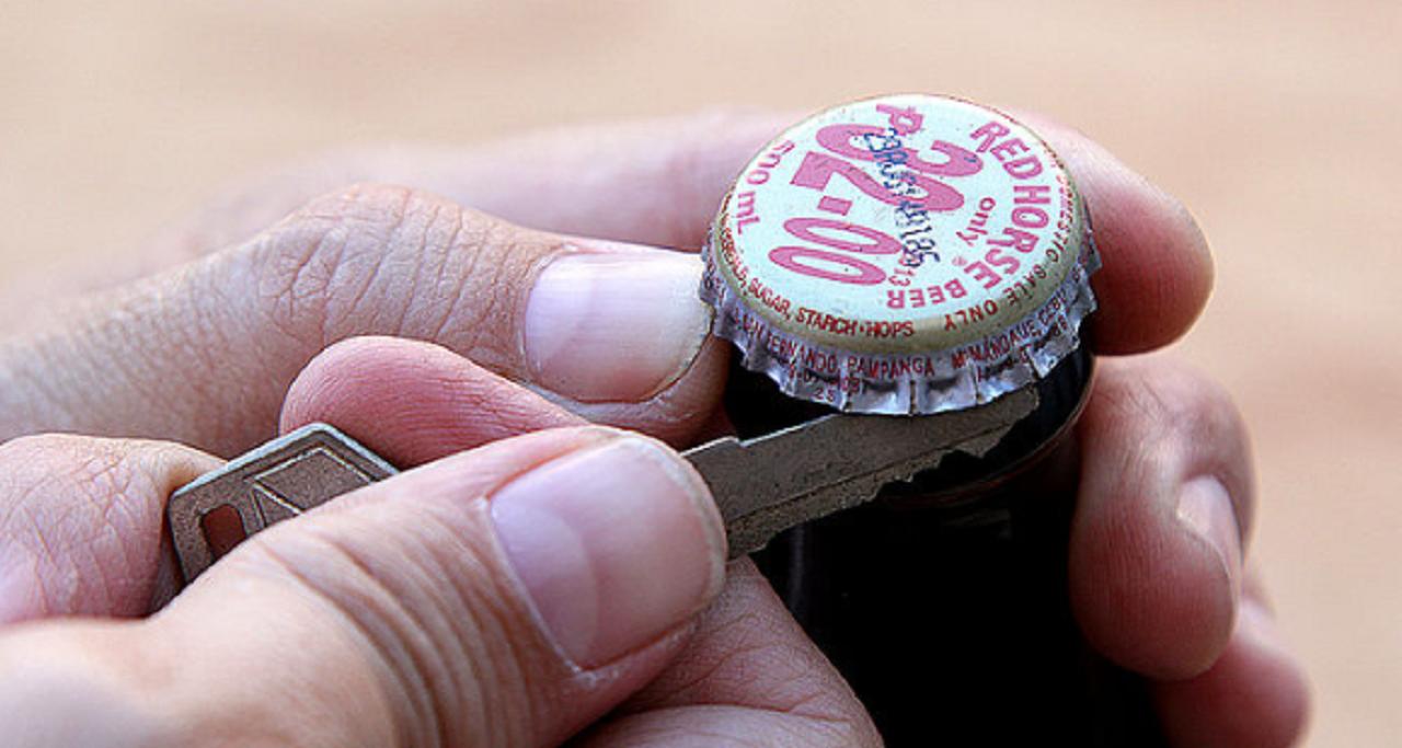 Abrir una botella sin destapador